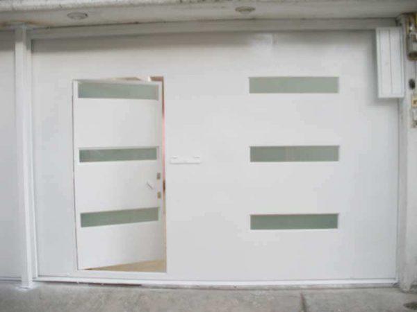 0280-512-porton-moderno-minimalista-vidrios-rectangulos-moda-con-puerta-en-una-hora