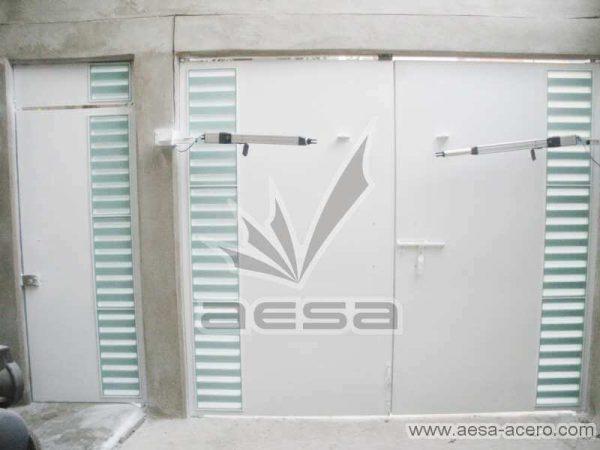 0300-116-porton-moderno-minimalista-rejilla-lateral-vidrio-jaladeras-curvas-automatico