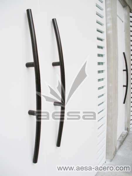 0300-116-porton-moderno-minimalista-rejilla-lateral-vidrio-jaladeras-curvas-detalle-manijas-grandes