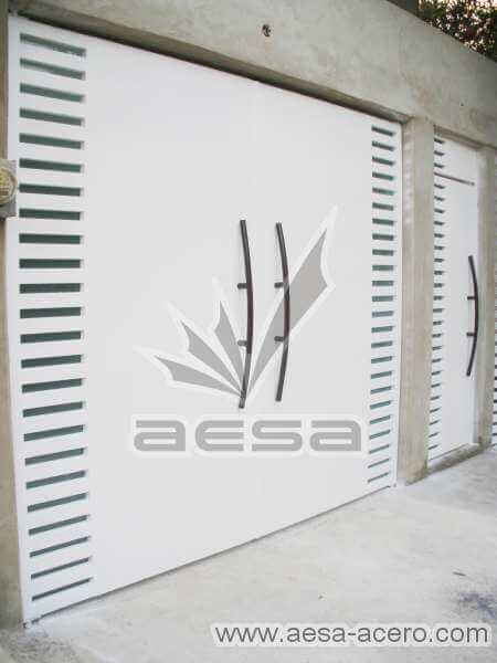 0300-116-porton-moderno-minimalista-rejilla-lateral-vidrio-jaladeras-curvas-grandes