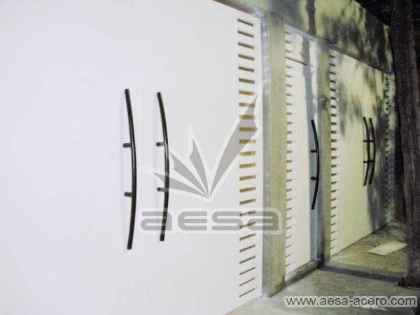 0300-116-porton-moderno-minimalista-rejilla-lateral-vidrio-jaladeras-curvas-herreria-fina