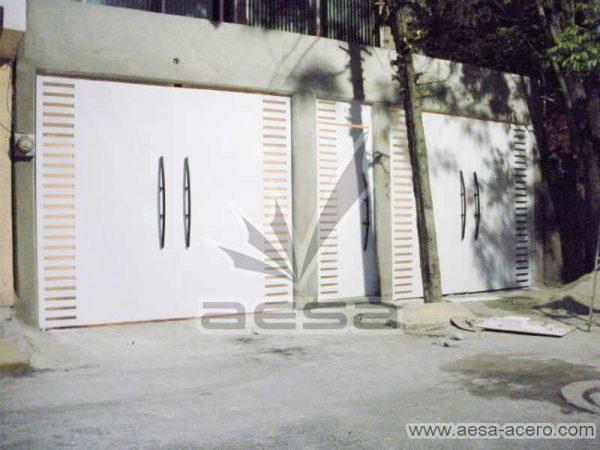 0300-116-porton-moderno-minimalista-rejilla-lateral-vidrio-jaladeras-curvas-juego-puerta