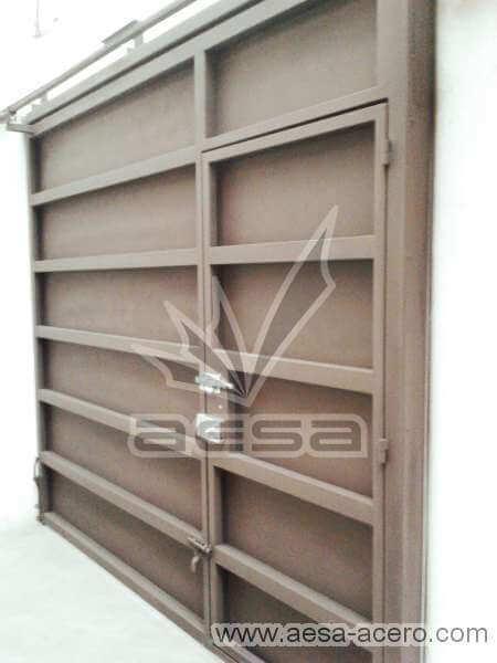 0340-596-porton-moderno-rectangulos-paneles-horizontales-puerta-integrada-sin forro