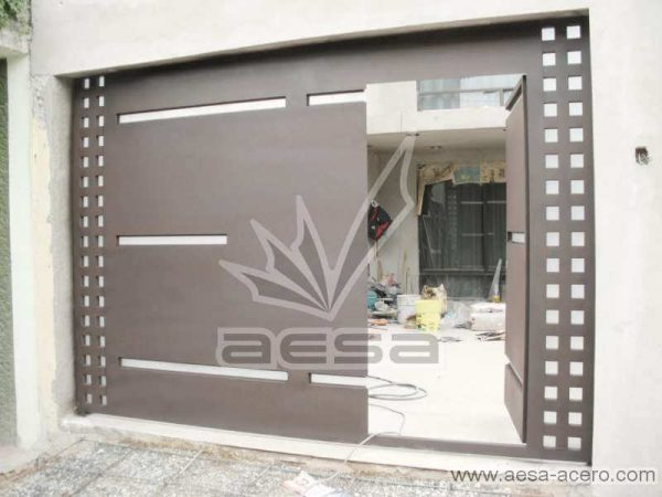 0390-117-porton-moderno-cuadricula-lateral-vidrios-rectangulares-horizontales-con-puerta-peatonal