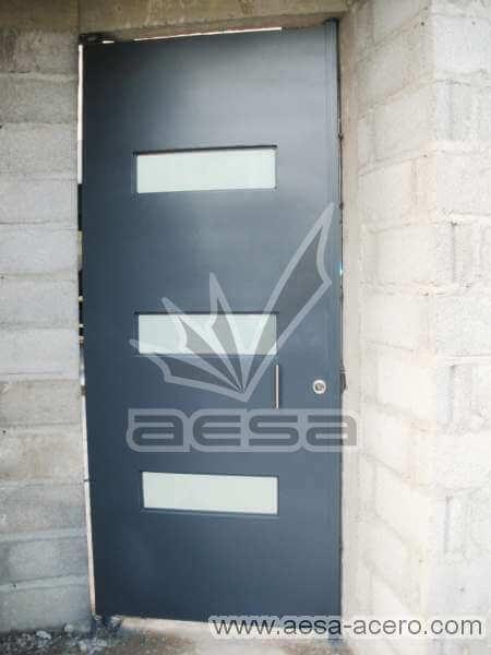 0430-512-porton-minimalista-vidrios-rectangulos-horizontales-moderno-azul-puerta