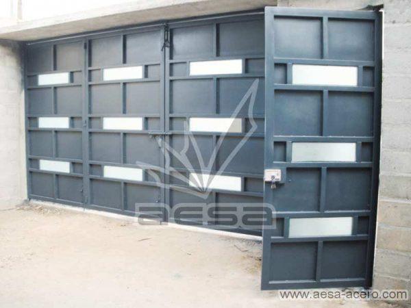 0430-512-porton-minimalista-vidrios-rectangulos-horizontales-moderno-azul-sin-forro-interior
