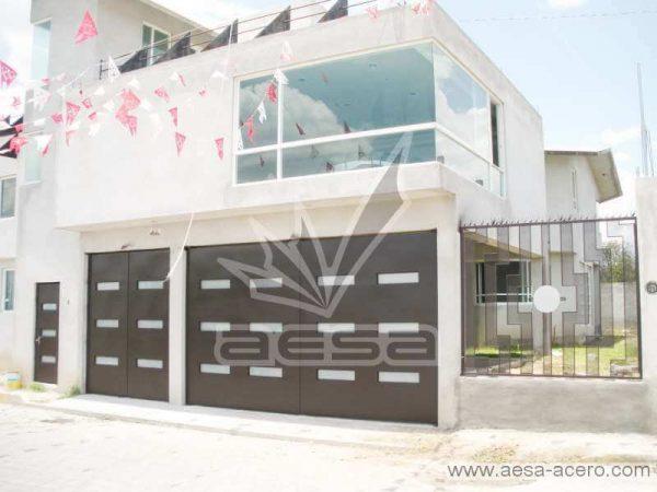 0460-512-porton-minimalista-moderno-vidrios-rectangulares-fachada-moderna