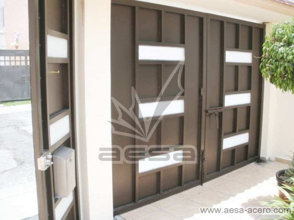 0480-512-porton-minimalista-moderno-ventanas-rectangulares-vidrio-sin-forro