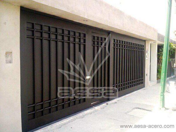 0520-5614-porton-moderno-tubos-verticales-nudos-marco-ancho-corredizo-con-puerta