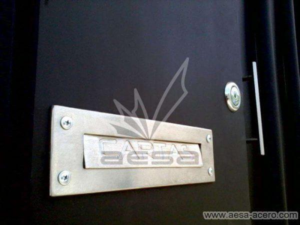 0520-5614-porton-moderno-tubos-verticales-nudos-marco-ancho-correo-buzon