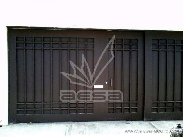 0520-5614-porton-moderno-tubos-verticales-nudos-marco-ancho-puerta-integrada