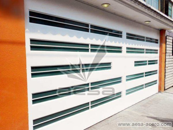 0530-5632-porton-moderno-minimalista-vidrios-horizontales-proteccion-exterior