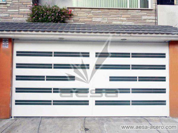 0530-5632-porton-moderno-minimalista-vidrios-horizontales-proteccion-exterior-blanco