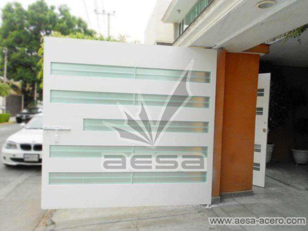 0530-5632-porton-moderno-minimalista-vidrios-horizontales-proteccion-exterior-doble-vista