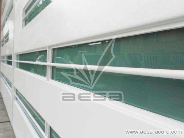 0530-5632-porton-moderno-minimalista-vidrios-horizontales-proteccion-exterior-doblez-acabados-finos
