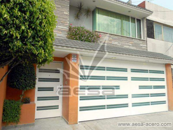 0530-5632-porton-moderno-minimalista-vidrios-horizontales-proteccion-exterior-juego-puerta