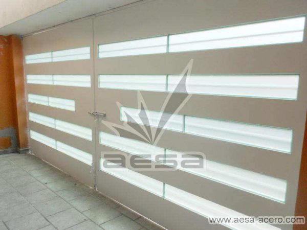 0530-5632-porton-moderno-minimalista-vidrios-horizontales-proteccion-exterior-vista-interior