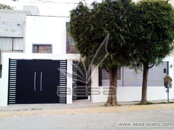 0550-116-porton-minimalista-rejilla-lateral-jaladeras-grandes-curvas-fachada