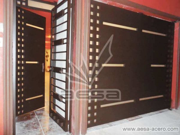 0610-117-porton-minimalista-cuadricula-lados-vidrios-rectangulares-angostos-juego-puerta