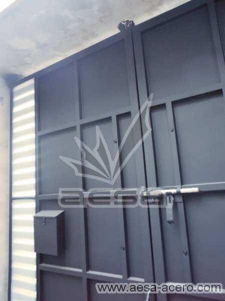 0680-116-porton-minimalista-rejilla-lateral-jaladeras-grandes-curvas-sin-forro-interior