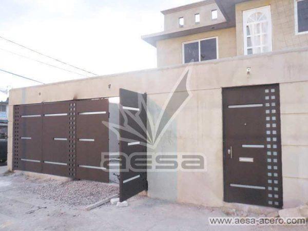 0720-117-porton-minimalista-cuadricula-lados-vidrios-rectangulares-angostos-fachada