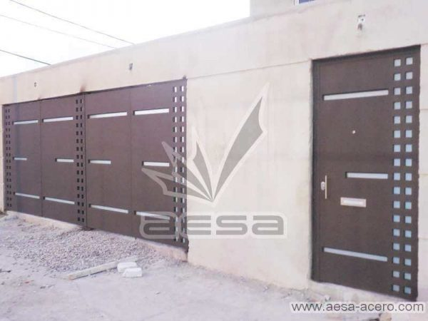 0720-117-porton-minimalista-cuadricula-lados-vidrios-rectangulares-angostos-puerta