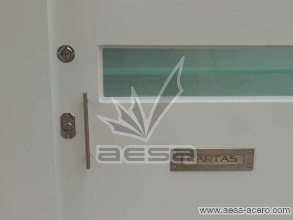 0770-512-porton-minimalista-vidrios-rectangulares-horizontales-moderno-chapa-manija-buzon