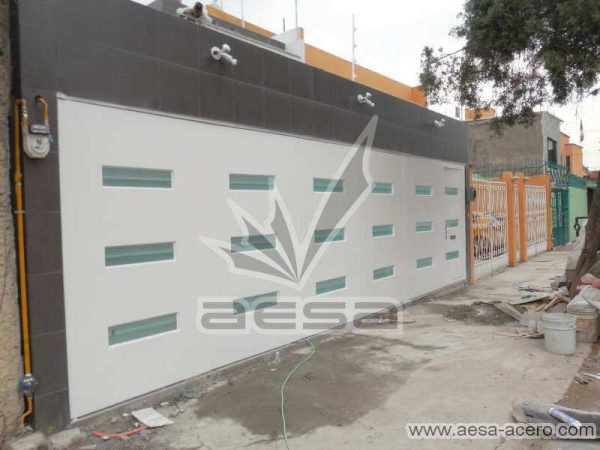 0770-512-porton-minimalista-vidrios-rectangulares-horizontales-moderno-fachada-moderna