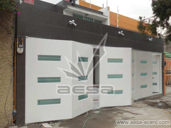 0770-512-porton-minimalista-vidrios-rectangulares-horizontales-moderno-plegadizo