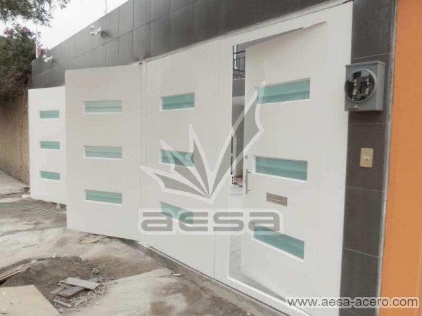 0770-512-porton-minimalista-vidrios-rectangulares-horizontales-moderno-puerta-integrada