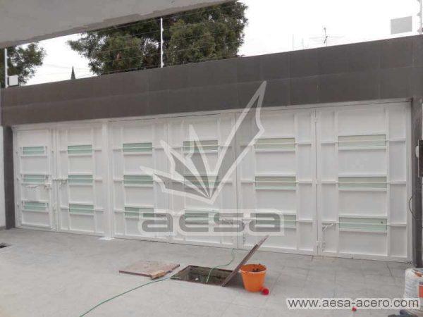 0770-512-porton-minimalista-vidrios-rectangulares-horizontales-moderno-sin-forro-interior