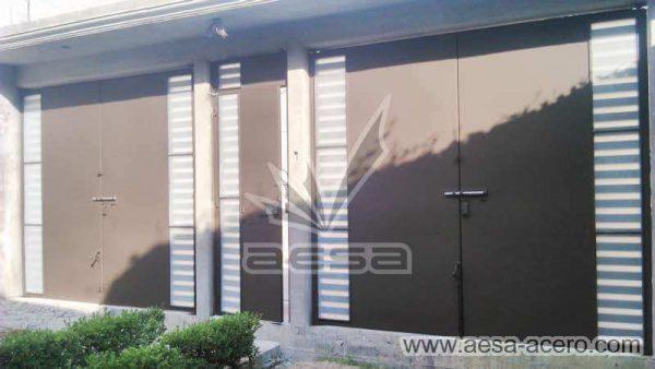 0810-116-porton-minimalista-rejilla-lateral-jaladeras-grandes-curvas-vista-interior