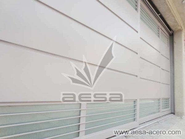 0880-5832-porton-minimalista-charolas-vidrios-rejilla-moderno-riel-a-piso-aesa-acero
