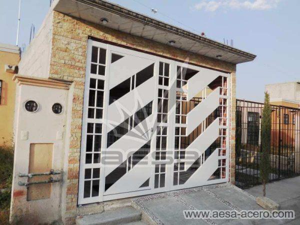 0890-114-porton-minimalista-diagonal-cuadricula-puerta-integrada