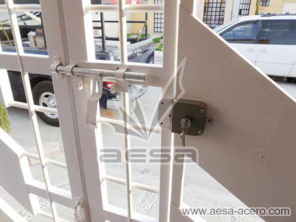 0890-114-porton-minimalista-diagonal-cuadricula-puerta-integrada-chapa-cerrojo