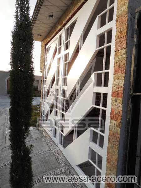 0890-114-porton-minimalista-diagonal-cuadricula-puerta-integrada-estacionamiento-chico