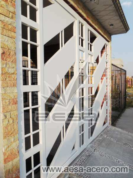 0890-114-porton-minimalista-diagonal-cuadricula-puerta-integrada-garage-chico