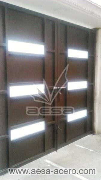 0940-512-porton-minimalista-vidrios-rectangulares-moderno-sin-forro-interior