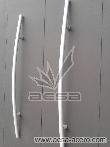 0950-116-porton-minimalista-rejilla-lateral-jaladeras-grandes-curvas-detalle-manijas
