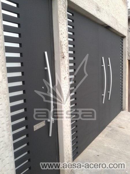 0950-116-porton-minimalista-rejilla-lateral-jaladeras-grandes-curvas-manijas-fabricadas-pintura-aluminio