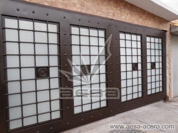 0970-511-porton-cuadricula-tubos-nudos-vidrio-chapetones-embellece-fachada