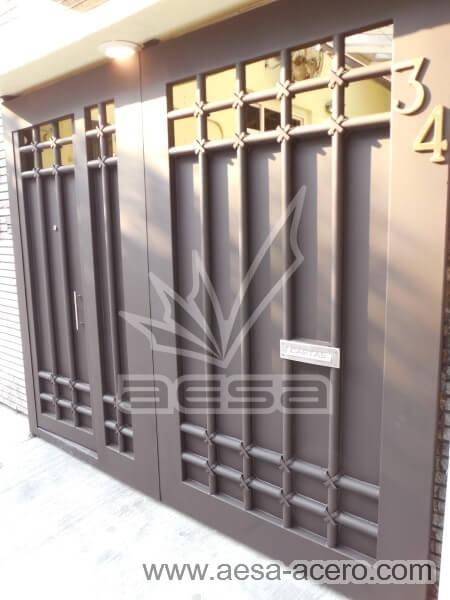 1000-5614-porton-moderno-tubos-verticales-nudos-marco-ancho-chocolate-buzon