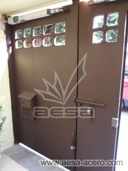 1000-5614-porton-moderno-tubos-verticales-nudos-marco-ancho-chocolate-vista-interior