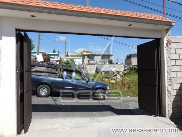 1020-592-porton-moderno-minimalista-rectangulos-relieve-plegadizo-completamente-abierto