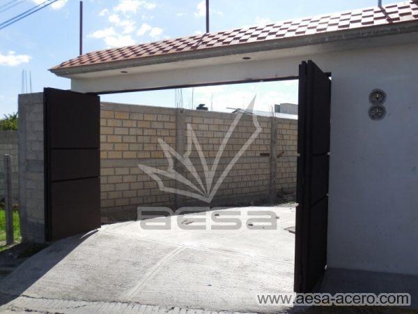1020-592-porton-moderno-minimalista-rectangulos-relieve-plegadizo-fachada-abierto