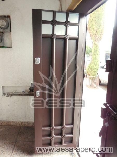 1040-5614-porton-moderno-tubos-verticales-nudos-marco-ancho-pueta-integrada