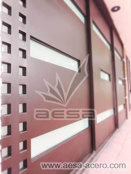 1050-117VG-porton-minimalista-vidrios-rectangulos-anchos-cuadricula-lateral-acabado-fino