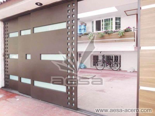 1050-117VG-porton-minimalista-vidrios-rectangulos-anchos-cuadricula-lateral-corrediza-tres-hojas