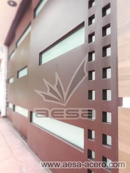 1050-117VG-porton-minimalista-vidrios-rectangulos-anchos-cuadricula-lateral-detalles-cuadros