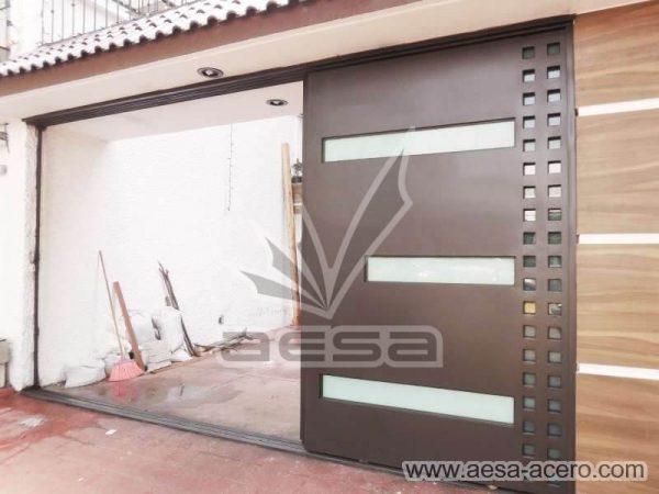 1050-117VG-porton-minimalista-vidrios-rectangulos-anchos-cuadricula-lateral-hojas-ocultas